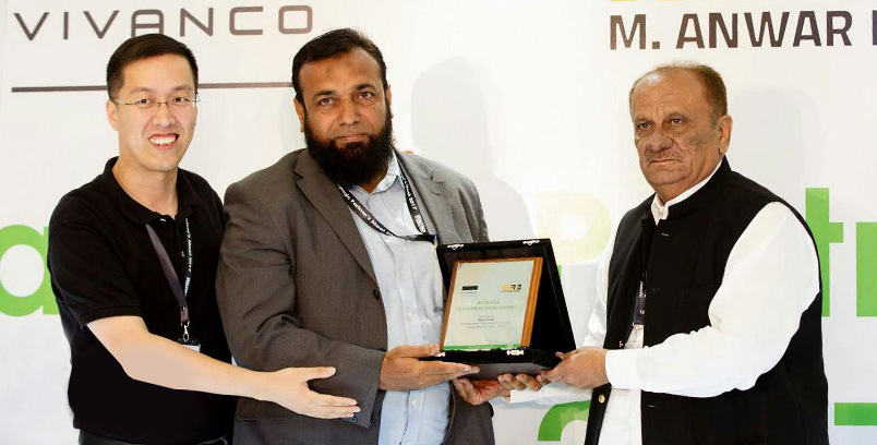 Vivanco Presents Business Contribution Award to LMKT